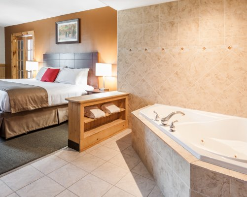 1-king-bed-jacuzzi-suite.1