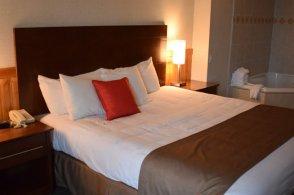 1-queen-bed-jacuzzi-room